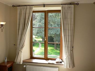 okno z zaslonami